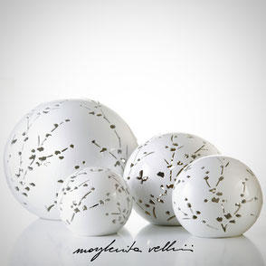 Lampada sfera da appoggio tagli RAMAGE finitura in Maiolica bianca . Margherita Vellini Ceramica Made in Italy Home Lighting Design