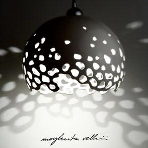 Lampada a sospensione tagli BLOB finitura in Maiolica bianca . Margherita Vellini Ceramica Made in Italy Home Lighting Design