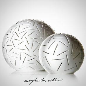 Lampada a sfera da appoggio tagli FITTI finitura in Maiolica bianca Margherita Vellini Ceramica Made in Italy Home Lighting Design