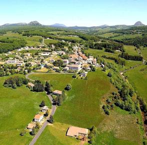 Photo aérienne du village de Sainte-Eulalie sur le Plateau Ardéchois - Passez vos vacances en Ardèche !