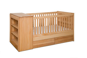 Design Babybett mit integrierter Wickelkommode und zwei Bettschubladen aus massiver Kernbuche
