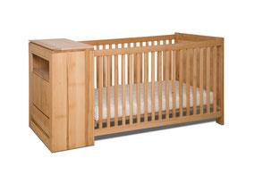 Babybett mit integrierter Wickelkommode aus massiver Buche