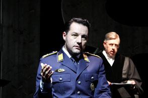 Szenenfoto von der Aufführung am Staatstheater Nürnberg: Marco Steeger als Major Koch, Heimo Essl als Richter