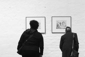 """Besucher*innen in der Ausstellungen """"25 Jahre GEDOK"""", Leipzig 2017, Foto: Y. Kalinna."""