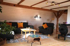 Offener, lichtdurchfluteter Wohnraum der Ferienwohnung Haus im Gässle, Ödenwaldstetten, 72531 Hohenstein