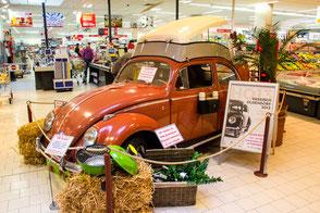 sogar in einem Einkaufsmarkt waren VW-Käfer zu finden