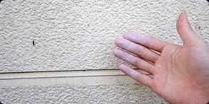 塗料が粉となって触ると手に付いている画像