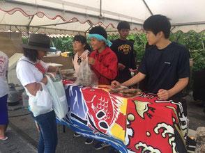 地域のお祭り、産業まつりに離島留学生みんなで出店しました。販売した特性餃子は瞬く間に完売!企画から運営まですべて寮生の手で行っています。