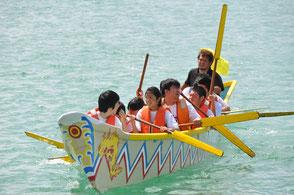 毎年旧暦の5月4日に開催される爬龍船競漕、通称ハーリー。航海の安全や大漁を祈願して行われていた海神祭です。