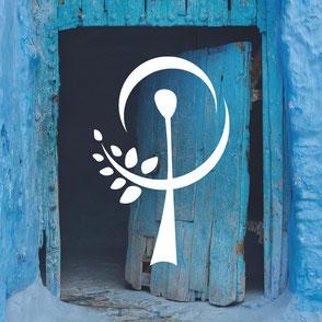 Blaue Tür mit Logo Ilka Stöckle
