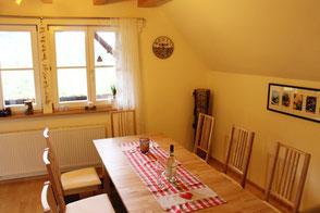 Der Esstisch in der Ferienwohnung in Gengenbach bietet Platz für 8 Personen