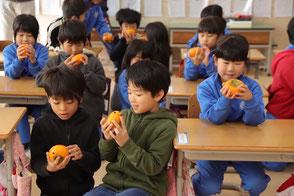 柿を受取り喜ぶ子供たち