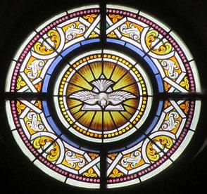 """Foto: Ausschnitt aus Kirchenfenster in St. Josef -  """"Komm, heiliger Geist, erfülle die Herzen deiner Gläubigen und entzünde in ihnen das Feuer deiner Liebe."""" (Zweiter Zwischengesang zum Evangelium)"""