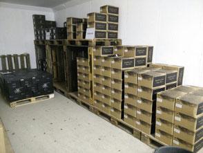 Ein alter Munitionsbunker dient als Weinlager. Der Bunker bietet das ganze Jahr eine gleichbleibende Temperatur zwischen 8 und 12 Grad Celsius.  Auf Holzpaletten gelagert wartet der Wein auf  Ihre Bestellung.