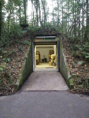 Der Blick von aussen: Ein alter Munitionsbunker dient als Weinlager. Der Bunker bietet das ganze Jahr eine gleichbleibende Temperatur zwischen 8 und 12 Grad Celsius.