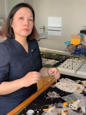 Mae beim Perlen knüpfen