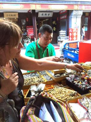 Waltraud auf den Märkten Pekings
