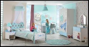 Kinderzimmer für Mädchen bestehend aus Bett, Schrank, Nachtisch, Schreibtisch und Anrichte