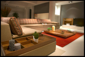 Eckcouch in warmen Farben als Mittelpunkt des Wohnzimmers