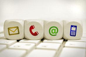 4 Würfel mt Symbolen für Bref, Email, Telefon und Handy