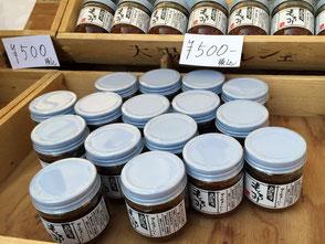 農業生産法人せとうちビオファーム、代表取締役の佐藤潤さん。「もろみ」国産丸大豆と天日塩を使用した、昔ながらのもろみ。ヤマサン醤油は、小豆島の老舗のお醤油屋さんだ。