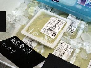 そばの実カフェ『sora』の小池ともこさん。「モリンガ入り寄せ豆腐」千葉県神崎町の在来種大豆を使用している。