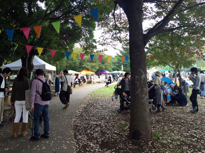 「Vege&Fork Market」の会場の様子。テントを持参する人もいるなど、来場者は思い思いの時間を過ごしている。