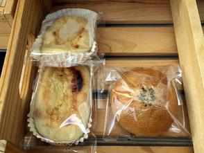 かふぇ ふりゅい、代表の桂山祐治さん。チーズのパン(写真左)とカレーパン(写真右)。