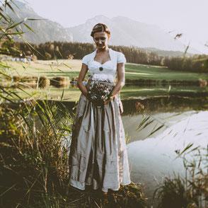 Dirndl, Brautdirndl, Hochzeitsdirndl mit Leinen lang in weiss  mit gestiftelter Seidenschürze in beige