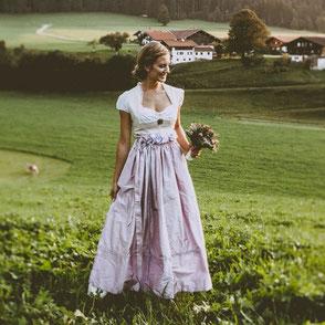 Dirndl, Brautdirndl, Hochzeitsdirndl mit Leinen lang in weiss und flieder mit gestiftelter Schürze aus Seide bestickt
