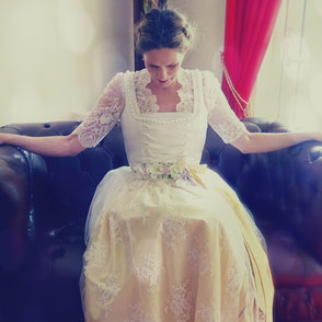 Dirndl, Brautdirndl, Hochzeitsdirndl aus Satin und Tüll in weiss, lang mit Perlen, handgefertigten Borten, Schnürrung und Schürze aus Spitze