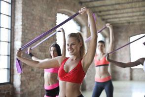 Junge Frauen machen Gymnastik