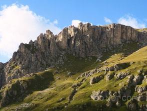 聳え立つ岩山の壁 関 司満雄