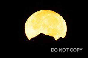グリーンセグメントの月が剱岳に沈む                  中川達夫