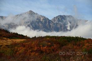 紅葉と霧に浮かぶ白馬岳 村上留雄