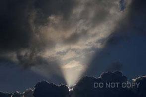 積乱雲の峰から現れた光芒 阿久津静夫