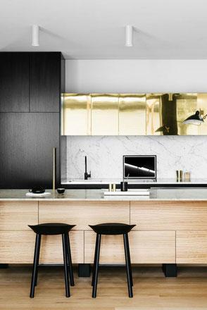 Cocina con paneles de bronce