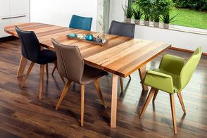 bunter Laubholz-Tisch kokettiert mit schrägen Möbeln