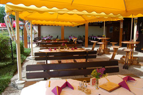 Gemütliche Sitzgelegenheit im Restaurant. Platz für 8 Personen an einem Tisch.