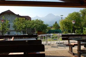 Ausblick von der Gasthaus Terrasse auf den Mittagskogel. Unser Haupthaus ist auch zu sehen.