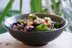 Auf dieser Seite findest Du Rezeptinspirationen, z.B. diesen leckeren und gesunden Brokkoli-Rotkohlsalat.