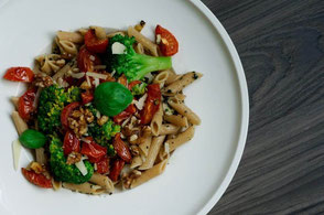 Vollkornpasta mit Gemüsetopping & Pesto