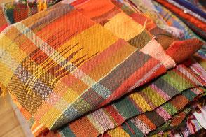 カラフルな糸で作られたさをり織り