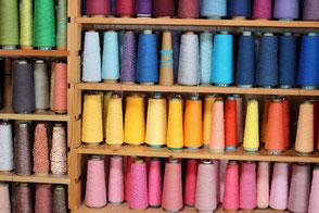 カラフルな糸で作られるさをり織り