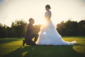 Ein Brautpaar beim Sonnenuntergang