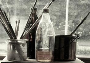 Bild mit Flaschen und Leimtopf