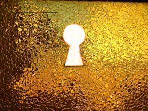 Ein Schlüsselloch in einer Wand aus Gold lässt den Betrachter nachdenken. Wo liegt Fort Knox? Und kann man den Tresor besichtigen?