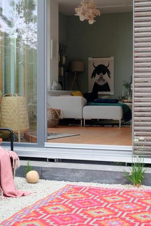 dieartige // Design Studio - Südterrasse mit Einblick ins Wohnzimmer