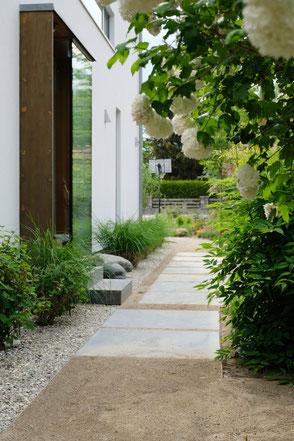 dieartigeGARTEN - Weg zum Haus, aus Brechsand und Blausteinplatten