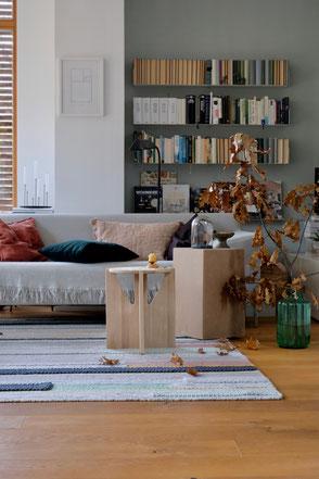 dieartige // Design Studio - #wohnzimmer im #herbst, #sidetable in Eiche natur, #deko mit Sumpfeiche, #sofa von #freistil